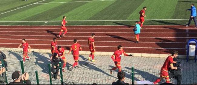 Çorlusporlu futbolcular gol sonrası polise koştu